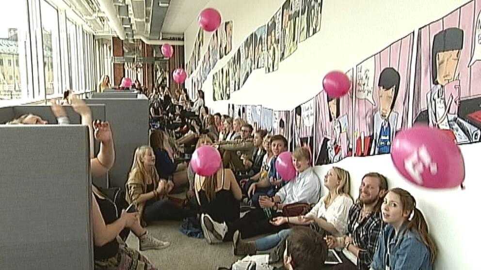 Hundratals köade på Campus Norrköping, trots att det var en timme kvar innan hon skulle komma. Och det var inte en popstjärna de väntade på, utan en politiker. Gudrun Schyman var på väg till Norrköping. Feministiskt initiativ Fi