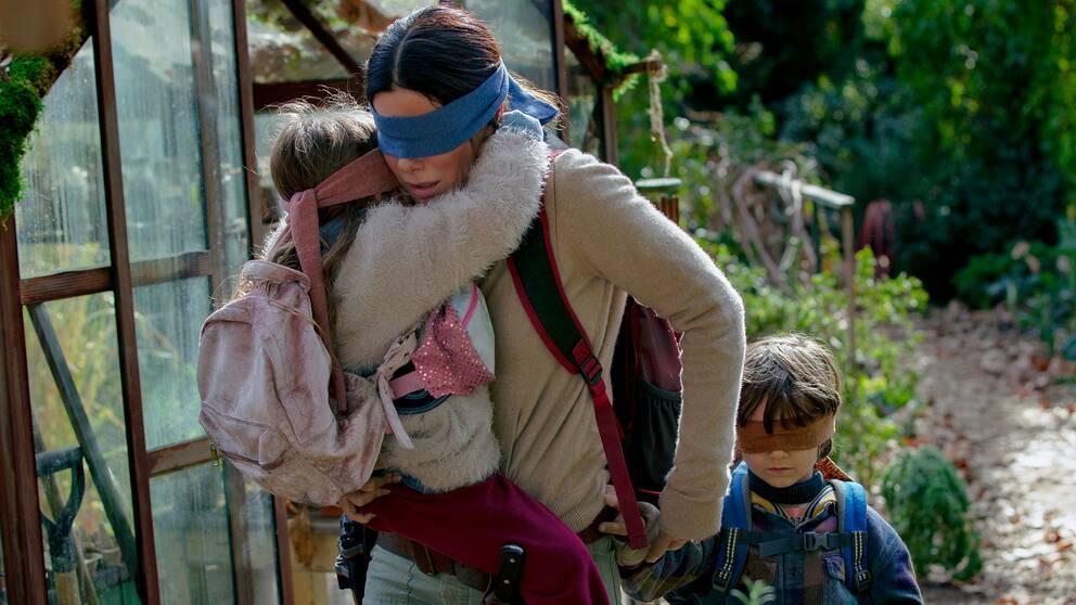 Sandra Bullock iklädd ögonbindel i skräckfilmen Bird Box.