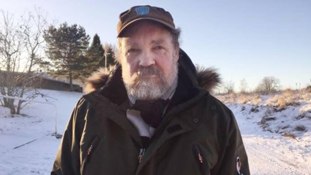 Mats Henriksson står ute på en snöig gångväg.