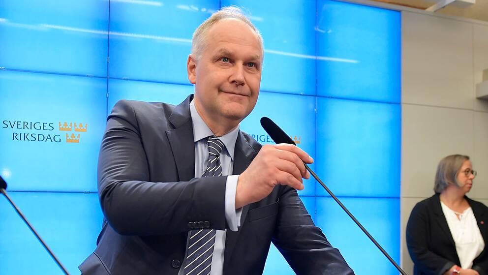 Jonas Sjöstedt (V) hålelr presskonferens efter beskedet till talmannen