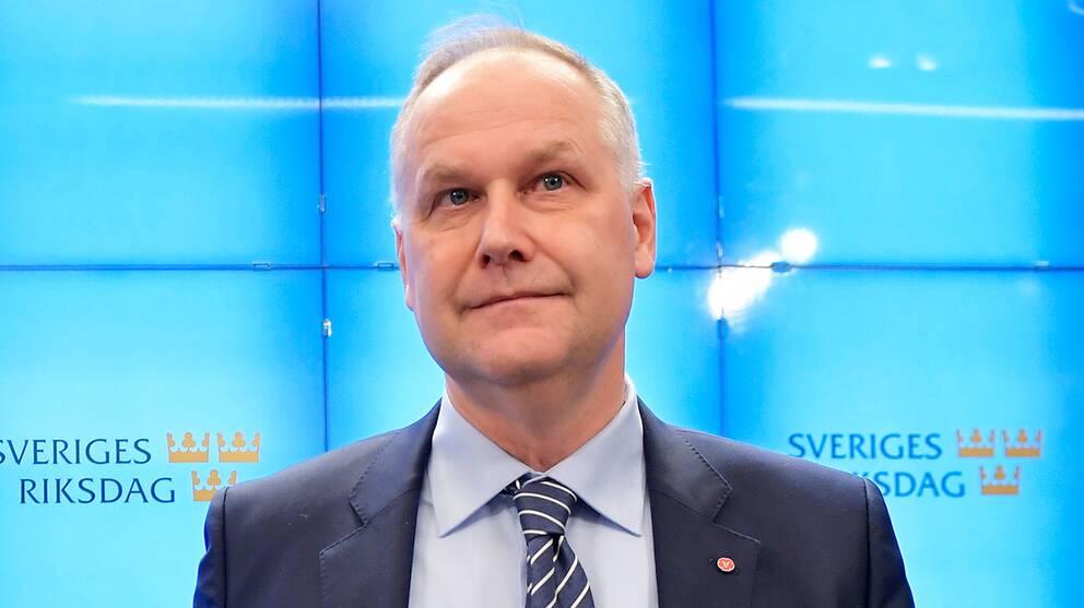 Jonas Sjöstedt meddelar att han släpper fram Stefan Löfven som statsminister men hotar Löfven med misstroendeomröstning