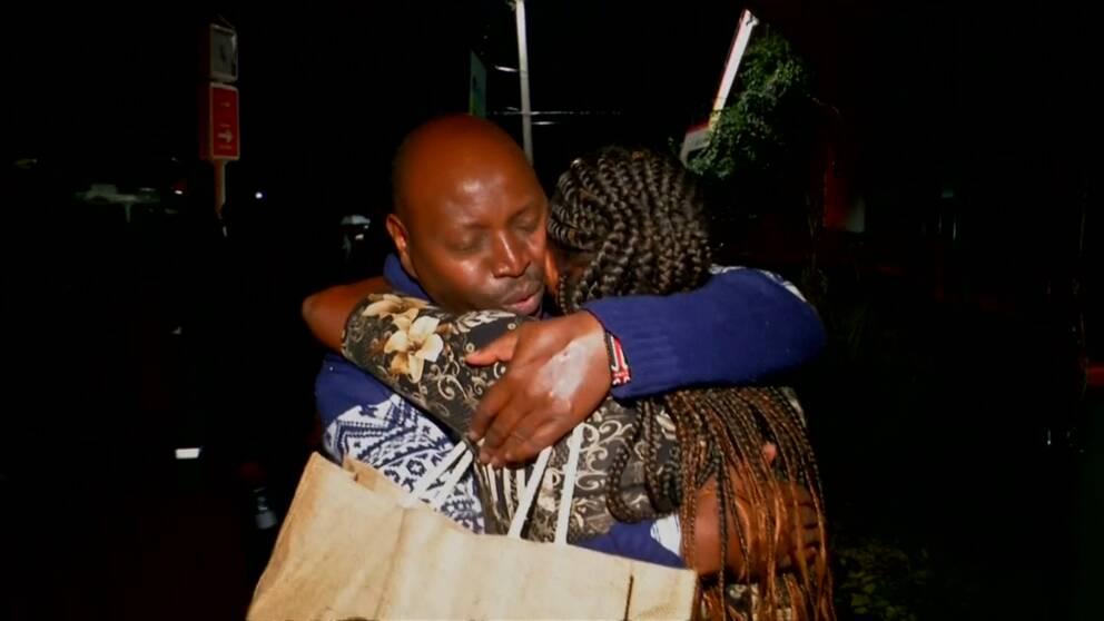 Två personer kramas efter terrorattacken i Nairobi.