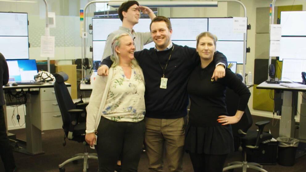 Trafikinformatören Jenny, tågledaren Anders och produktionsledaren Gabriella står och håller om varandra. I bakgrunden syns många datorskärmar och reportern Torbjörn Averås Skorup.