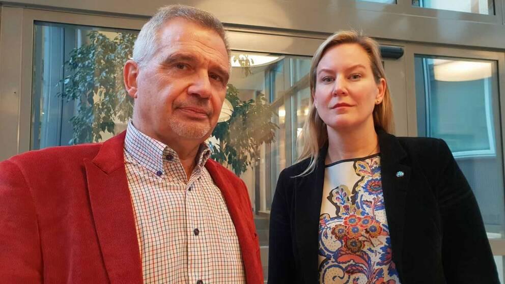 Renaldo Tirone (S) och Cecilia Bladh in Zito (SD) menar att politikerna i Hörby ska mobilisera mot personangrepp och trakasserier.