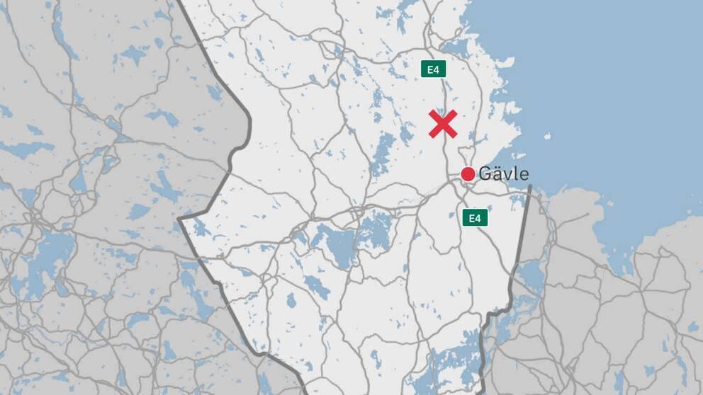 En karta över delar av Gävleborg där olycksplatsen är markerad med ett rött kryss.