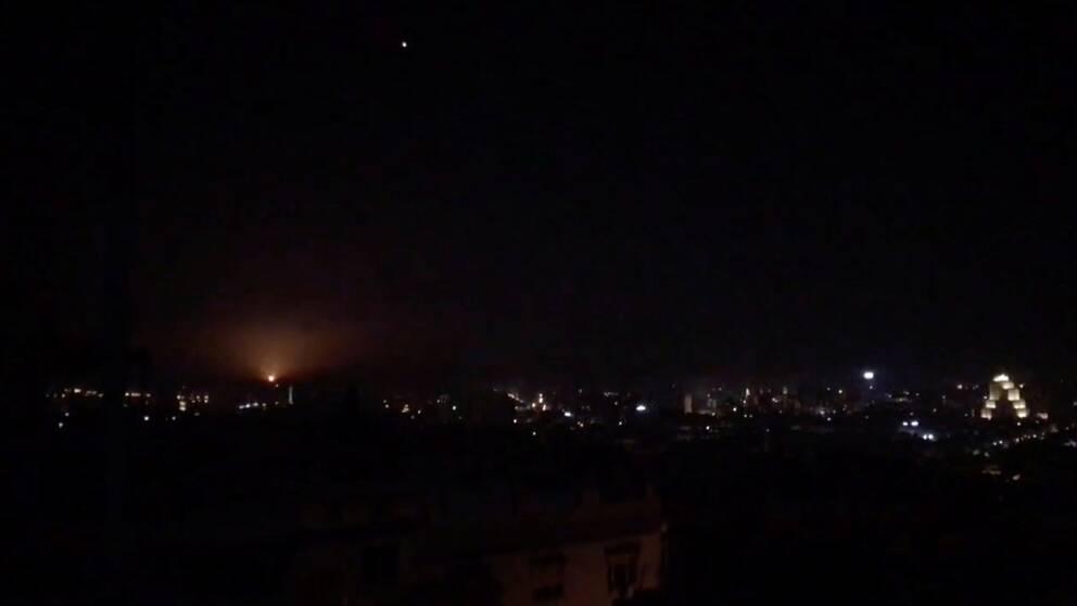 Natthimlen över Damaskus i Syrien. Ljuset på bilden tros vara en av missilerna som skjutits under natten, enligt Reuters.