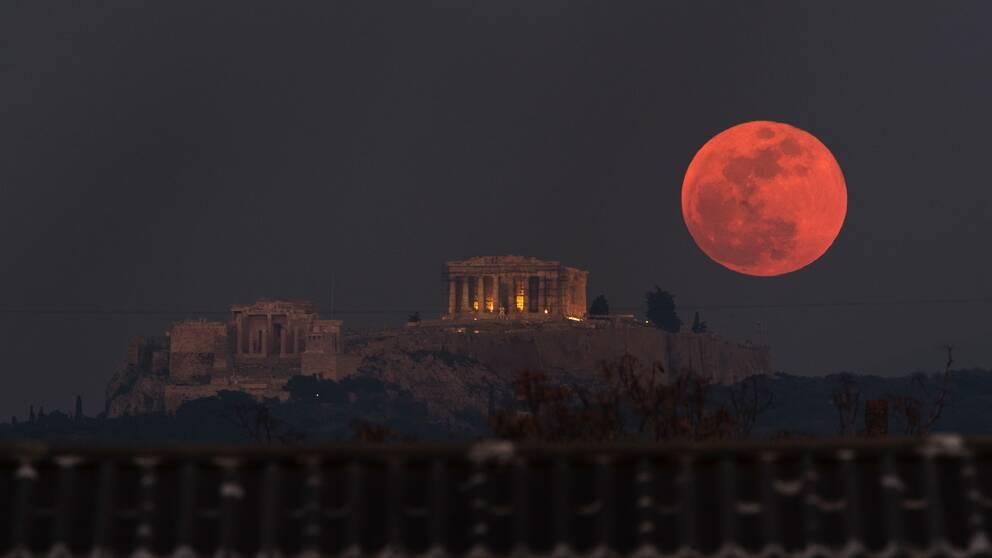Superblodmånen vid Akropolis i Aten förra året. Under måndagsmorgonen är fenomenet tillbaka och kan ses i nästan hela Sverige.