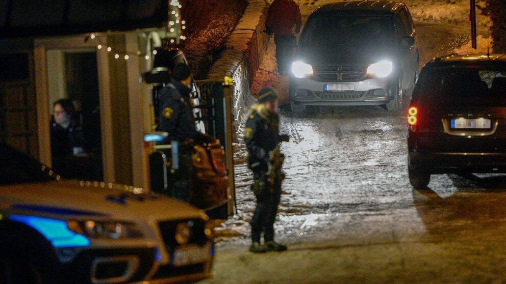 Polisen kontrollerar fordon utanför en konferensanläggning i Uppland-Bro där nordkoreanska och amerikanska representanter uppges ha sitt möte, enligt medier. Foto 19 januari 2019.