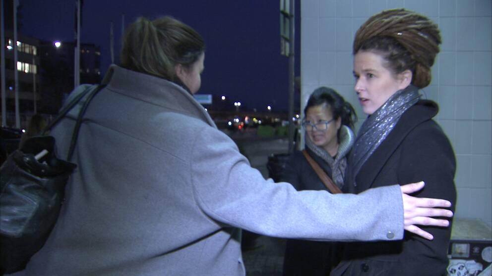Amanda Lind (MP) nekar till en SVT intervju när hon kommer ut från TV4.