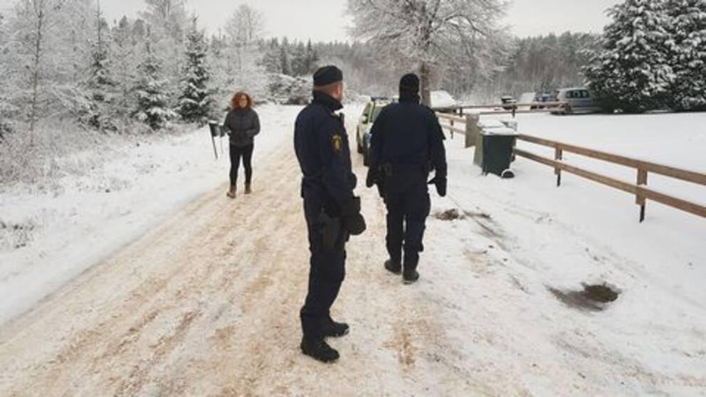 poliser på snöig väg