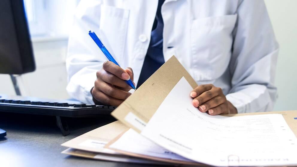 Läkare försummade utskrivning av recept och läkarintyg.