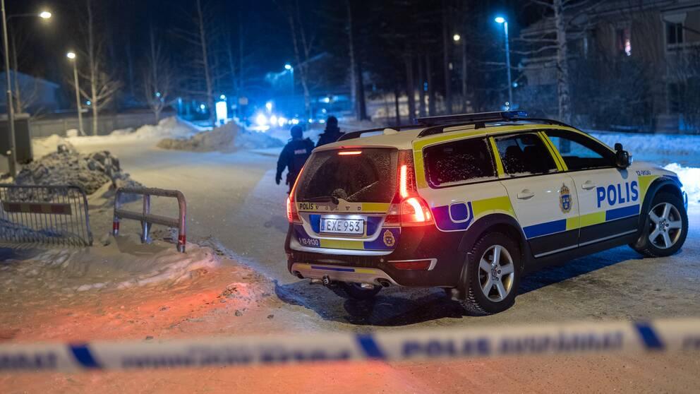 Polisen på plats vid avspärrningarna i bostadsområdet där en man dog och två skadades i en skottlossning i januari i år.