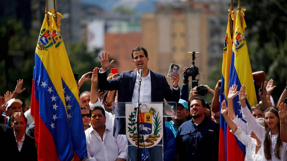 Juan Guaidó när han under onsdagen svor presidenteden inför sina anhängare på Caracas gator.