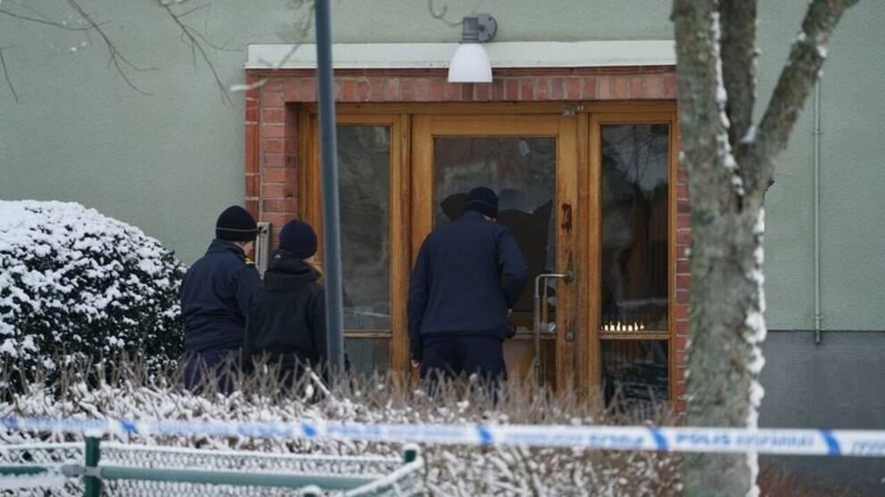 Polisens tekniker undersöker skadorna efter den senaste explosionen i Värnamo. Stora delar av entrédörren har skadats.