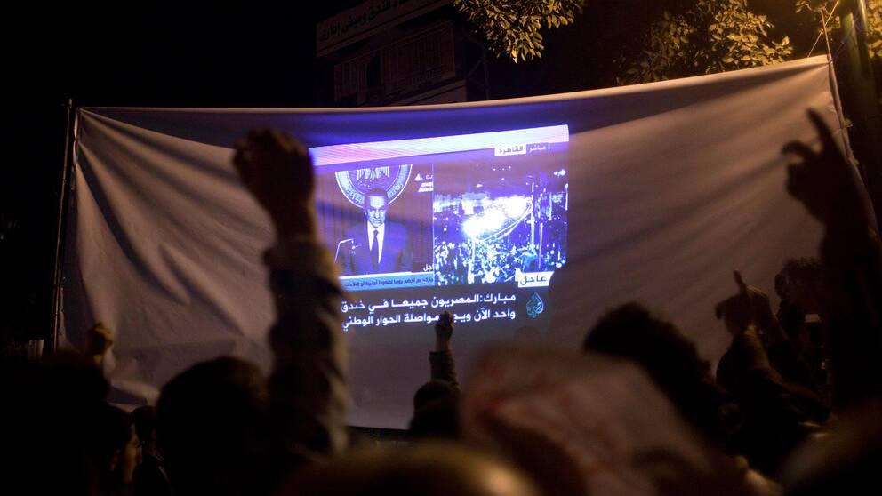Storbildskärm på Tahrirtorget i Kairo visar när Hosni Mobarak håller tv-sänt tal.