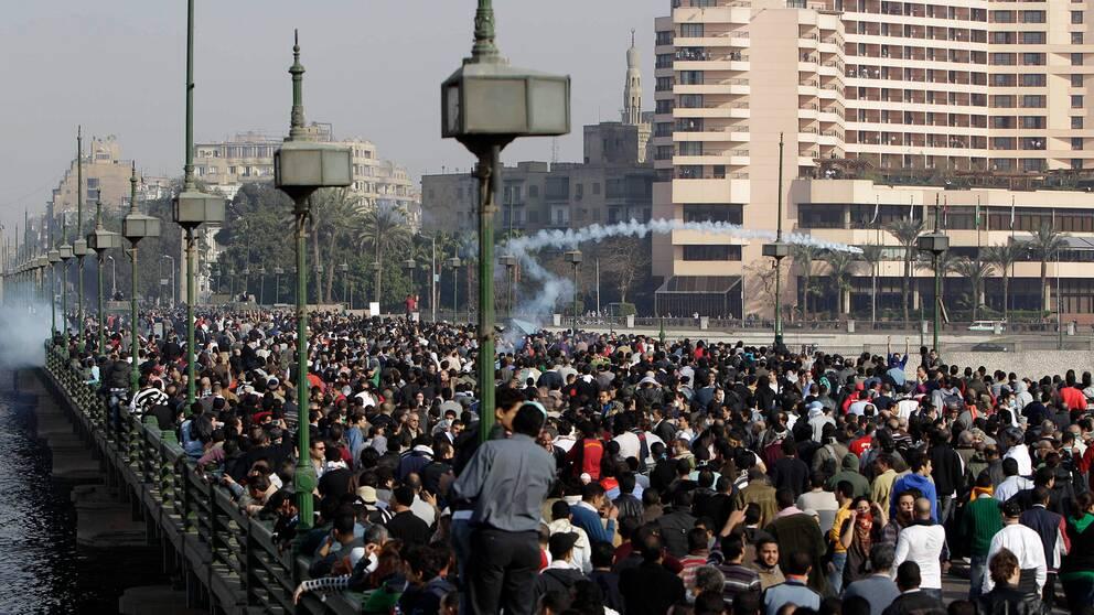 Tiotusentals demonstranter försöker ta sig över bron Qasr el Nil till Tahrirtorget.