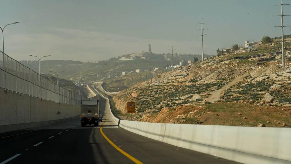 ny motorväg i jerusalem som delas av ett högt stängsel