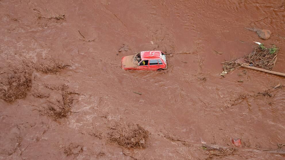 En förstörd bil i lermassor.