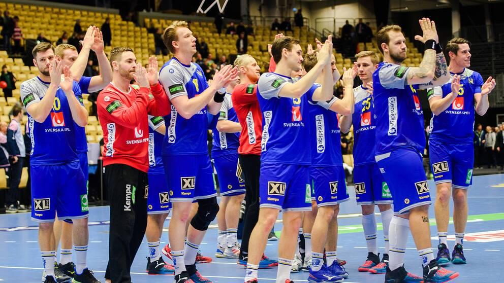 De svenska spelarna tackar publiken efter matchen mot Kroatien.