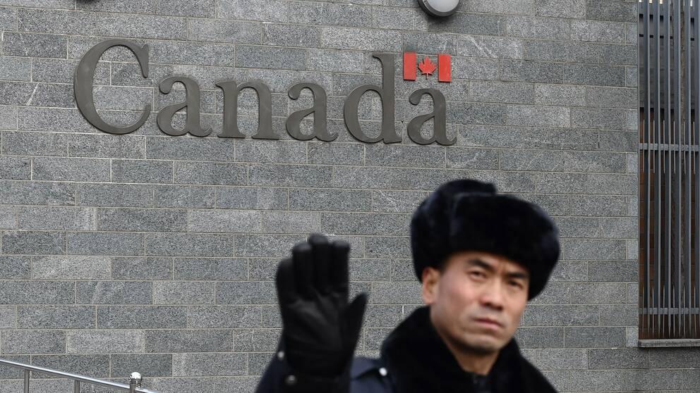 En vakt utanför Kandas ambassad i Peking.