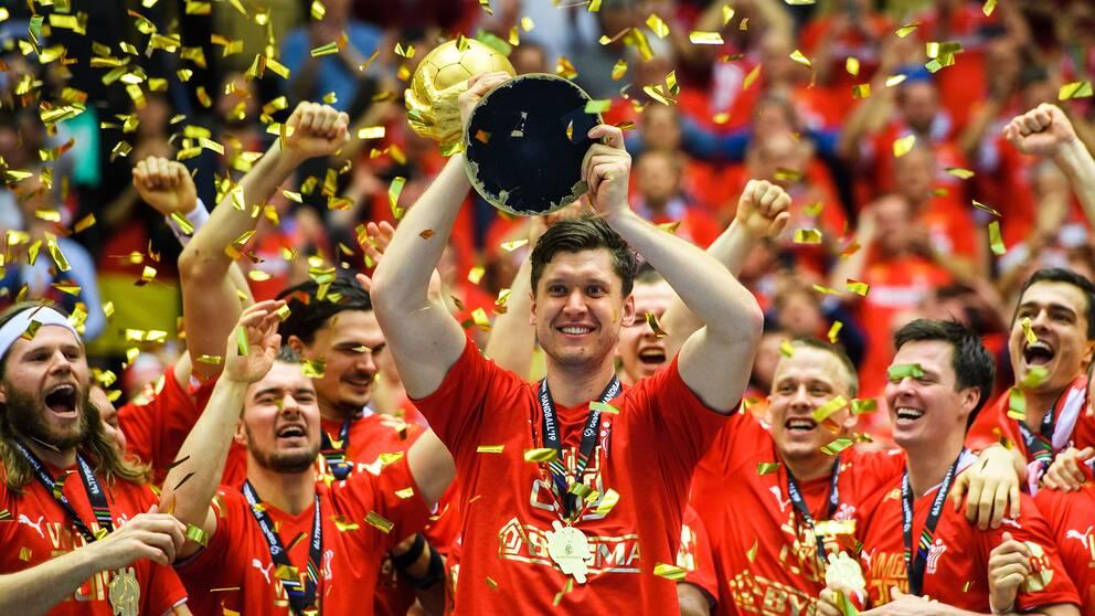 Målvakten Niklas Landin och Danmark lyfter VM-bucklan framför en hemmapublik i extas.