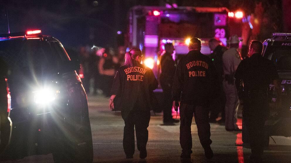 Poliser arbetar vid den plats i Houston där totalt fem poliser sköts i samband med en insats under måndagen