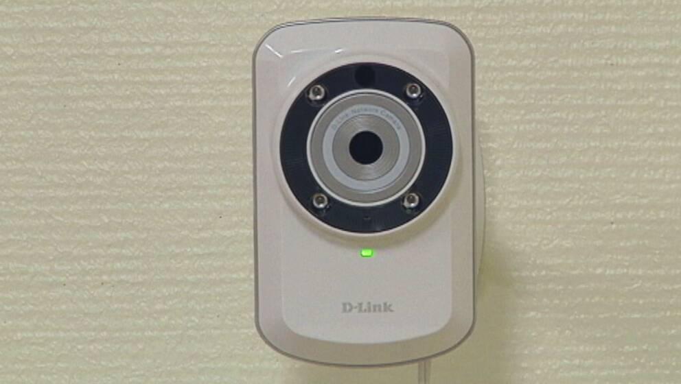 En liten vit webbkamera som är till för att övervaka äldre