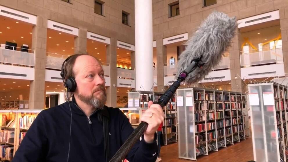 Ljudteknikern Magnus Börjesson spelar in tystnaden i Ljusets kalender på stadsbiblioteket i Malmö.