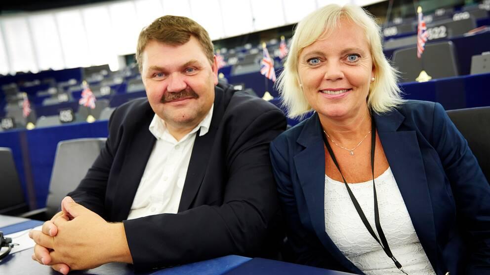 """""""När vi nu ser att vi kan vara med och reformera inifrån, så ser vi det som ett bättre alternativ att pröva"""", säger EU-parlamentariker Peter Lundgren (SD) om att partiet nu byter fot och inte längre vill ha en folkomröstning om EU. Här tillsammans med partiets andra EU-parlamentariker Kristina Winberg."""