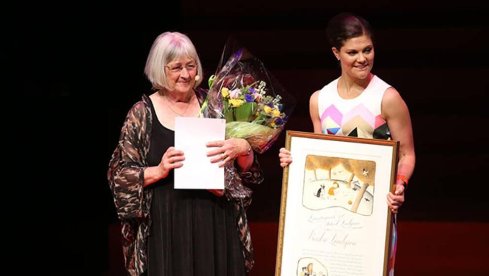 Barbro Lindgren tar emot litteraturpriset från kronprinsessan Victoria.
