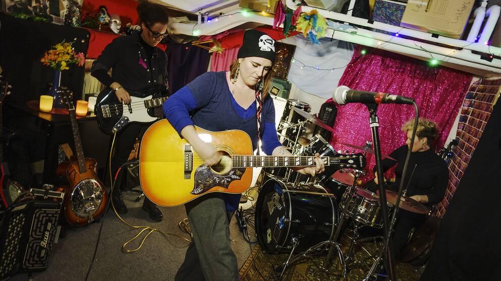 Bandet Ryggrad repeterar inför Gävles första mansfria fest.