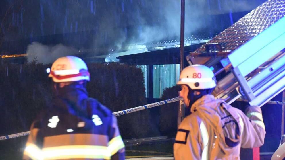 Vad som har orsakat branden, som startade i ett av längans mittersta hus, är för närvarande inte klarlagd.