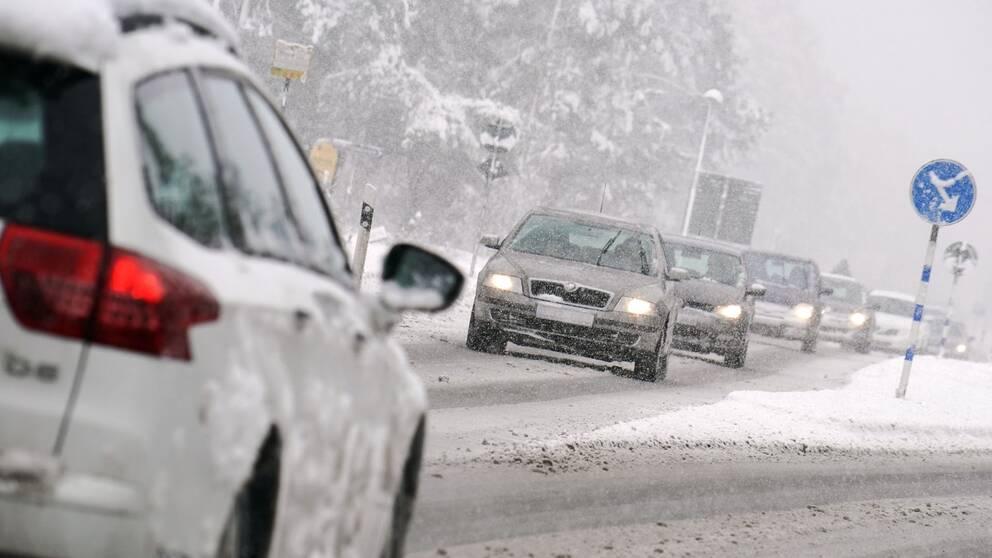 Mötande trafik i snöväder