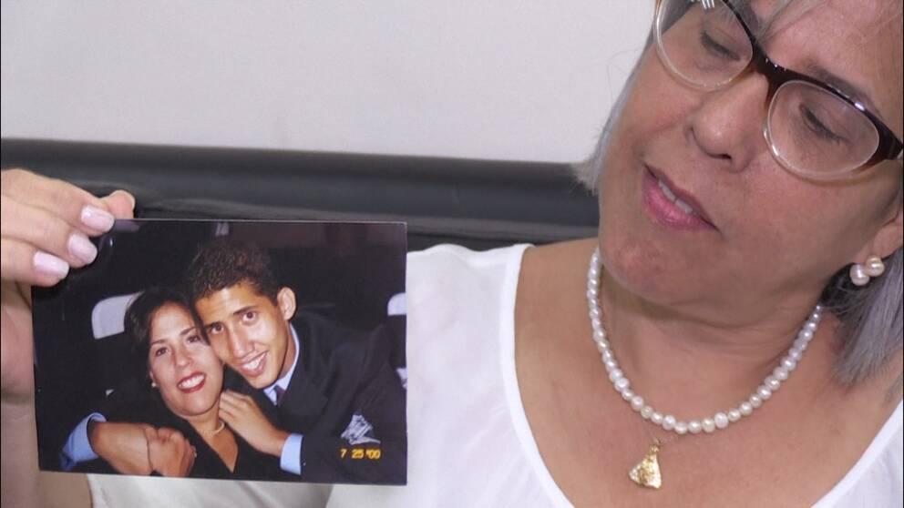 Juan Guaidó, oppositionsledare i Venezuela, på en bild som visas upp av hans mamma.