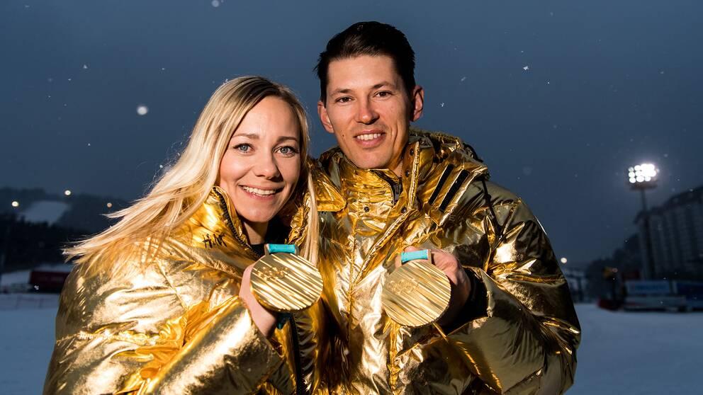 Frida Hansdotter och André Myhrer med sina OS-guld från Sydkorea.