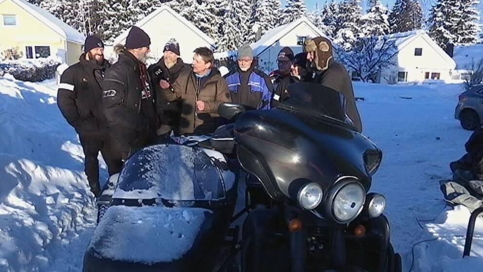 SVTs Pierre Ragnehag omgiven av sex vinterresande knuttar från Nederländerna och Belgien.