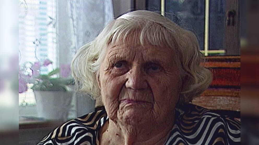 närbild på en gammal kvinna i hemmiljö