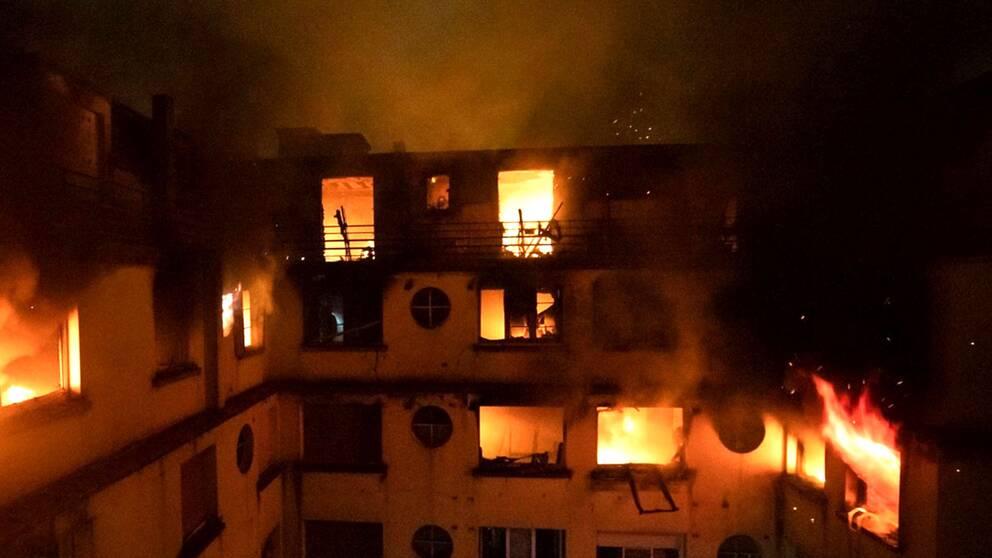 Branden spred sig snabbt till flera lägenheter