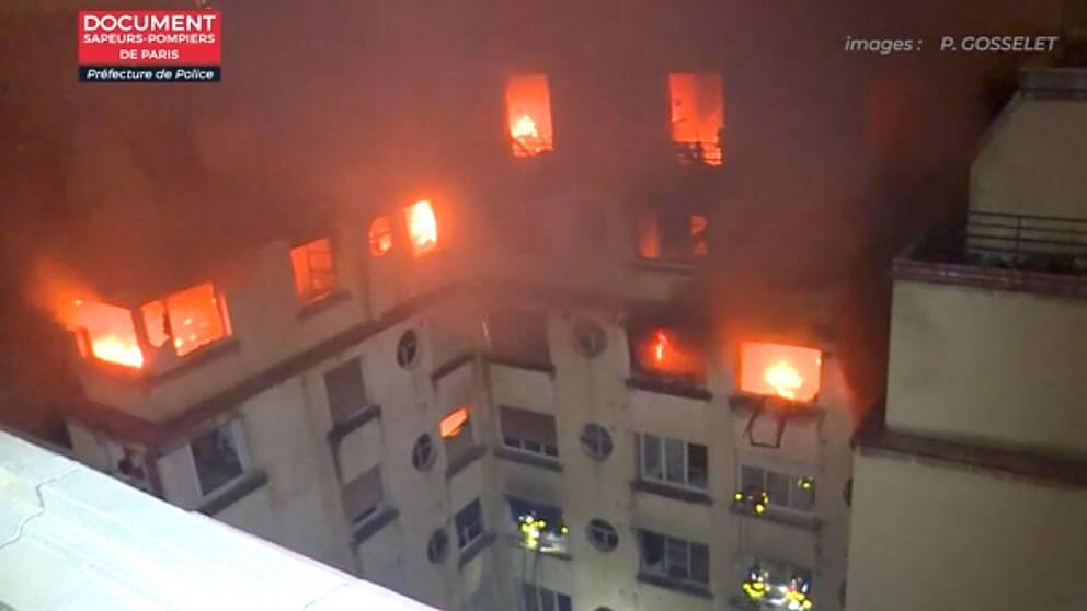 Rökutvecklingen var kraftig och räddningstjänsten försökte närma sig de branddrabbade våningarna från utsidan