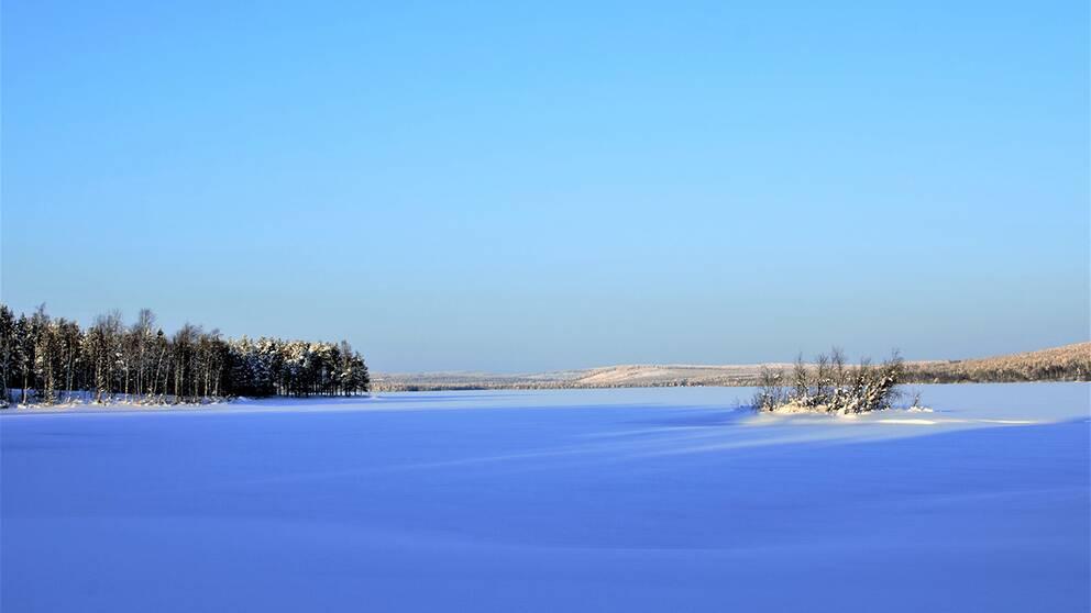 Armasjärvi beläget i Tornedalen, bjuder på strålande sol och minus 21 grader strax efter klockan 13.00 den 5 februari.
