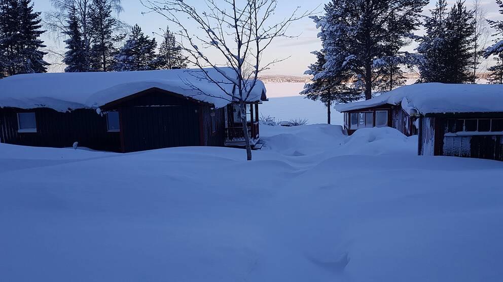 Sol och – 24 grader nu då snön ska röjas från mark och tak.Bygdeträskliden utanför Burträsk, Skellefteå.