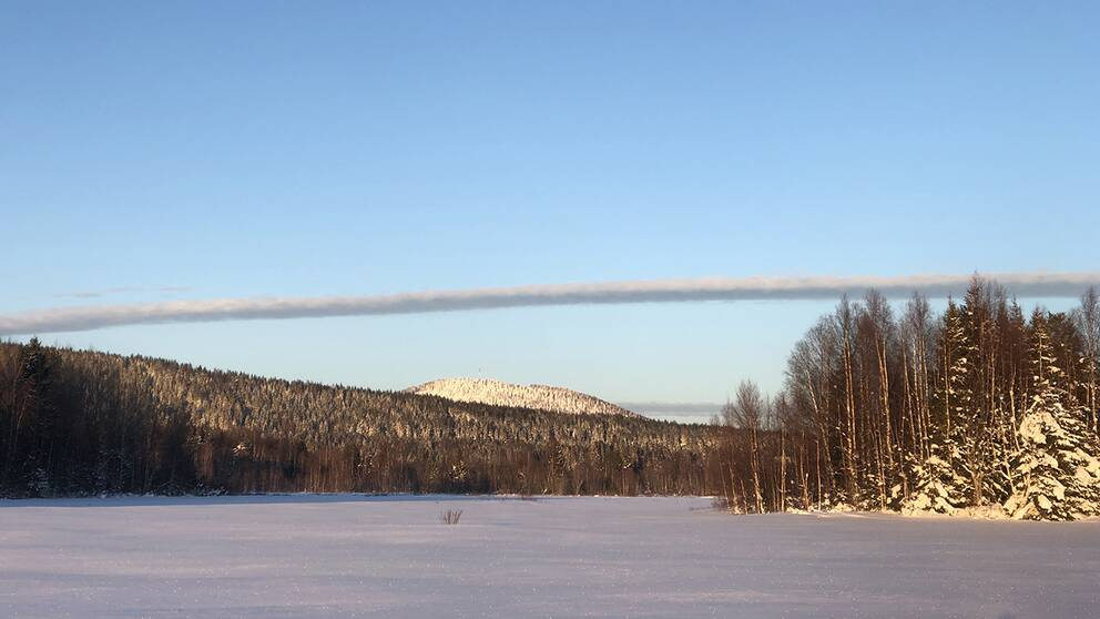 Märkligt moln som jag fotade under en skidtur igår, 4/22019.Det är fotat på Frisbosjön, Bjuråker. Det solbelysta berget under molnet heter Nipåsen. En riktigt märklig molnformation som sträckte sig rakt över himlen som annars var molnfri.