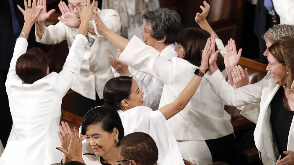 Vitklädda kvinnor i kongressen i USA.