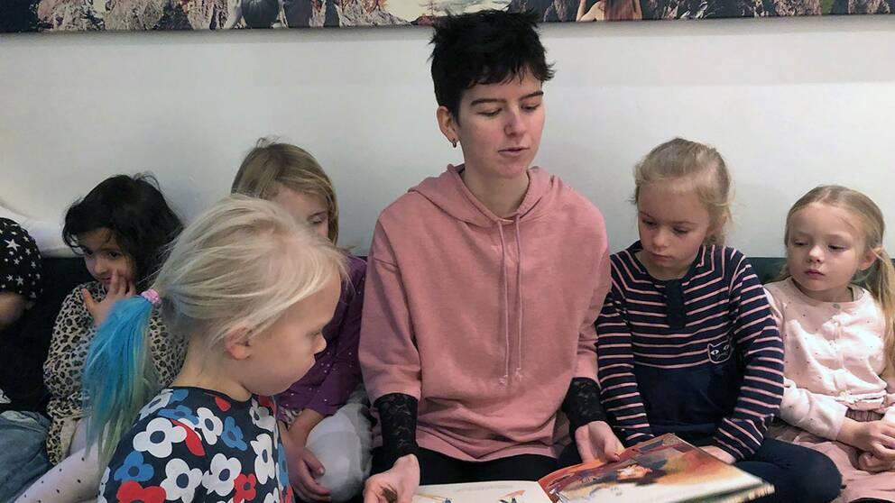 Wiktoria och Linn är trötta på att föräldrar väljer mobilen framför läsningen.