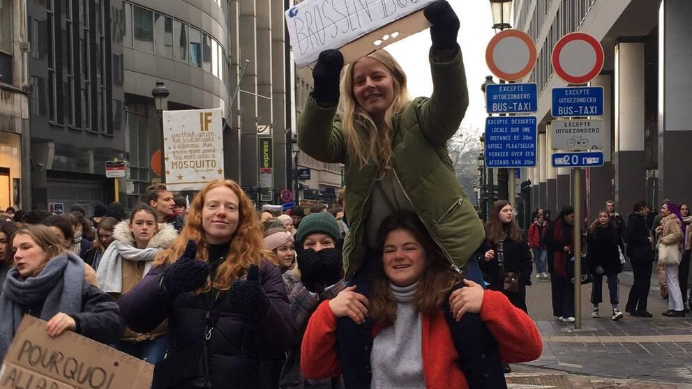 Helene De Ferm, i röd jacka, tillsammans med vännerna Charlotte Verstreken, Roxane Vercruysse och Mazarine Six demonstrerar för klimatet i Bryssel.