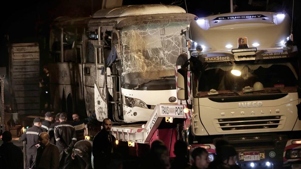 I slutet av december 2018 inträffade ett bombattentat mot en buss i närheten av pyramiderna i Giza i Kairo. Här är en förstörd buss.