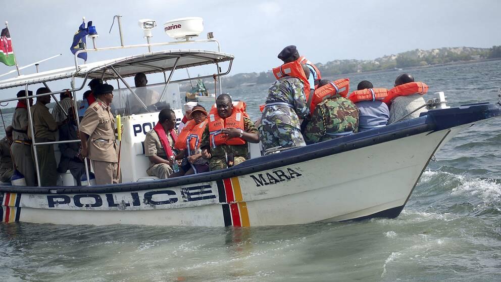 En polisbåt på väg mot ön Manda i Kenya 2011.