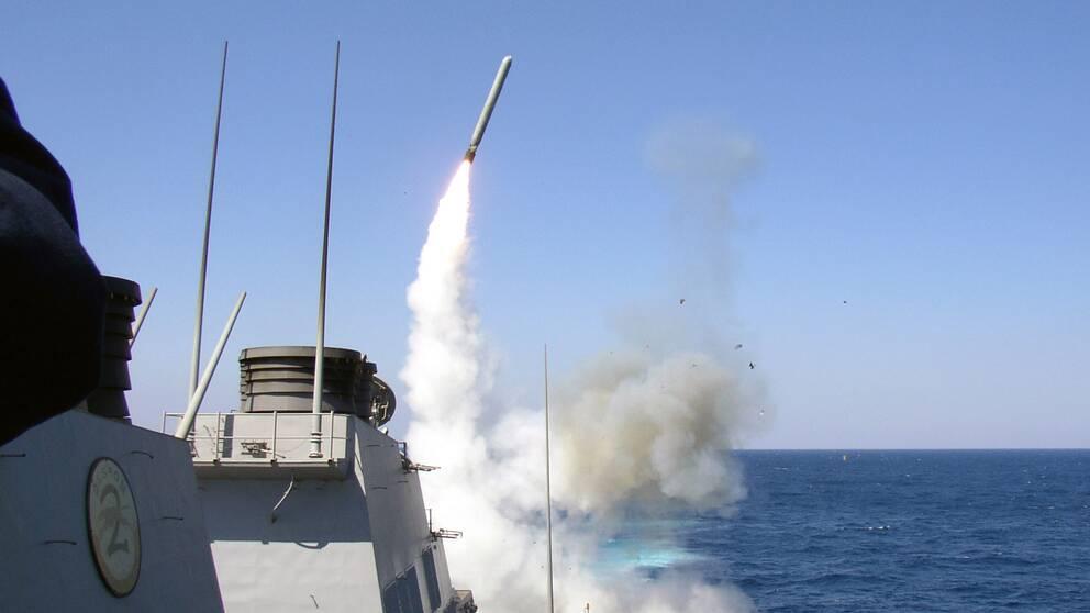 En amerikansk Tomahawk robot avfyras från jagaren USS Porter i mars 2003 mot mål i Irak.