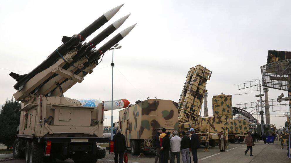 Iran visar upp en ny landbaserad medeldistansrobot som uppges av ha en räckvidd på 135 mil. Roboten är tillåten eftersom nedrustningsavtalet endast gäller USA och Ryssland. Foto den 2 februari 2019.