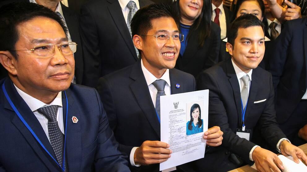 Ledare för det thailändska partiet Raksa Chart, håller upp en ansökan för deras premiärministerkandidat prinsessan Ubolratana Rajakanya Sirivadhana Barnavadi.